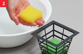 2水がスポンジから抜けないよう、そっと栽培鉢にセットする。(上:黄色/下:緑色)