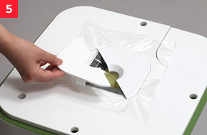 水分が蒸発しないようラップをのせておく。鉢カバーにラップを挟み込んでください。<br /> (芽が出たらラップをはずしましょう。)