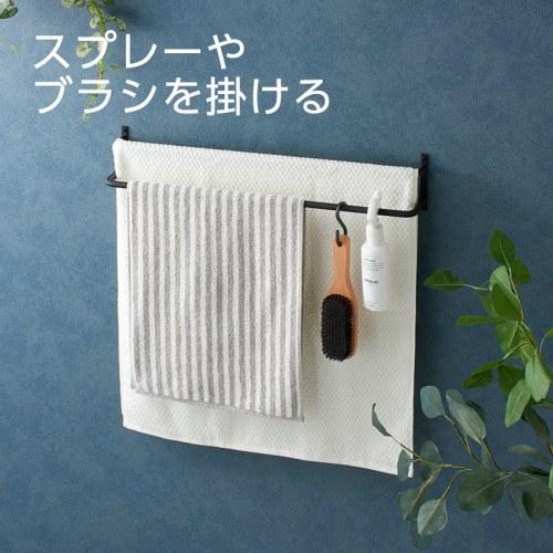 スプレーやブラシなど小物もかけて収納できる。