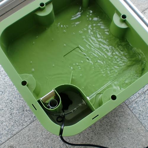 液肥水タンクから栽培層へ液肥水を運び巡回させます。